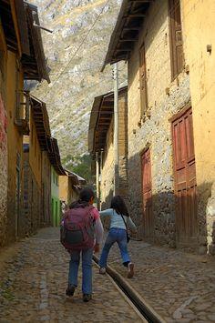 https://flic.kr/p/asrXdG | Mochileras entusiastas | Mis hijas, Marissa y Daniela, arribando a Huancaya, en Yauyos Peru, la altura no fue impedimento para la diversion , ni tampoco el clima. Marissa lleva la mochila con la ropa necesaria, Daniela, por su lado, fue la fotografa del viaje.