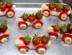 How cute are these edible banana-strawberry cars and a great inspiration for kids to eat more fruit - gezonde traktatie met banaan en aardbei