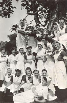 Verpleegkundigen in de tuin van het #Diaconessenhuis aan de Parklaan in #Eindhoven 1947.