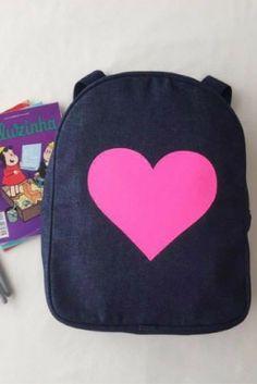 Mochila Jeans coração pink.  #nósamamos #muitoamor #voltaasaulas #mochila #jeans #coração #heart #pink #mamaeachei