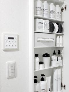 洗面台脇の白黒収納