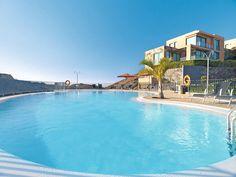 Villa's Salobre beschikt over meerdere modern ingerichte privé-villa's. Er is een mogelijkheid om tegen betaling en op aanvraag ter plaatse een privé-kok en ober in te huren.    Er is tegen betaling sauna, zonnebank, jacuzzi en diverse schoonheidsbehandelingen in het wellnesscenter van het nabij gelegen hotel Sheraton Salobre, dat op 200 meter ligt.  Het villapark ligt in de urbanisatie Salobre Golf, aan de golfbaan, met het strand en het centrum van Maspalomas op 5km.  Officiële categorie…
