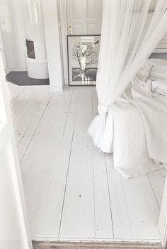 Dit is nou een super mooi houten vloer !! White Painted Floors, White Wooden Floor, White Bedroom, Dream Bedroom, Renovation Parquet, White Apartment, Wooden Flooring, White Laminate Flooring, Bedroom Flooring