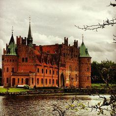 Frederiksborg Slot, tidligere kongeslot i Hillerød nord for København. Slottets historie går tilbage til 1560, hvor Frederik 2. ved mageskifte fik Herluf Trolle og Birgitte Gøyes befæstede gård Hillerødsholm.