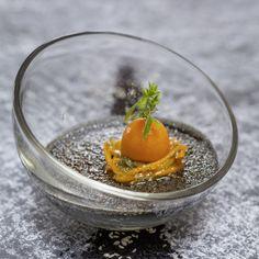 Crème brûlée von schwarzem Sesam, Kumquats