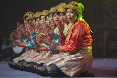 14.11 Dans danseuses indonésiennes lors de la cérémonie d'ouverture des 13e championnats du monde de wushu, à Jakarta.Photo: AFP/Adek Berry