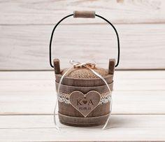 Das kleine, rustikale Ring-Box / Eimer ist ein schickes Accessoire für Ihren Hochzeitstag, die später als eine schöne Erinnerung an den Hochzeitstag zu dienen. 9 cm hoch und mit griff ist 17...