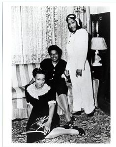 Janet Waterford Bragg (far right) poses with relatives, circa A registered nurse, Bragg purchased the first aircraft for the Challenger Air Pilot's Association, Chicago's first black flying club. Thomas Jefferson Facts, Vintage Black Glamour, Vintage Beauty, Black History Facts, Black Wings, African Diaspora, Culture, African American History, Women In History