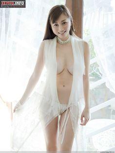 Anri Sugihara được ví như Elly Trần xứ hoa anh đào. Anri Sugihara rất biết cách giúp mình trở nên nổi bật bằng những bộ bikini hoặc nội y...