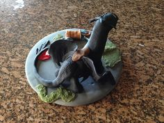 Back view of Toothless cake topper.