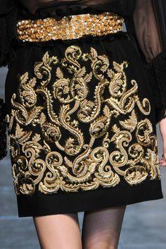 Falda estilo barroco, con diseño en color oro característico del estilo barroco