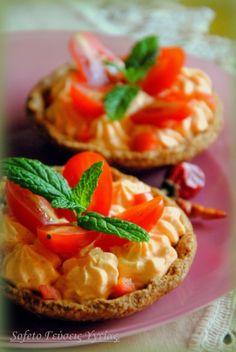 Ταρτάκια ολικής αλέσεως και βρώμης, τραγανά με πικάντικη κρέμα τυριού.