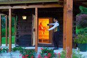 """Außensauna """"Troadkastn"""" in der Gartenlandschaft der Thermenwelt Hotel Pulverer mit finnischer Sauna http://www.pulverer.at"""