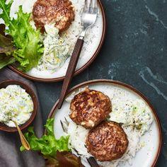 Grekiska biffar fyllda med fetaost gör dem extra saftiga! Tzatzikin som serveras till blir en perfekt smakkombination med sin svalkande smak. Servera biffar och tzatziki med ris och härligt gröna salladsblad. Smaklig måltid!