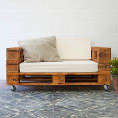 Sofá realizado con palets europeos reciclados. Por sus dimensiones, se trata de un sofá para dos personas, cómodo y funcional ideal tanto para la terraza como para cualquier estancia de casa. Tratamos la madera de los palets para que sea duradera y tengan un aspecto nuevo. Estos sofás pueden emplearse tanto en interior como en exterior,