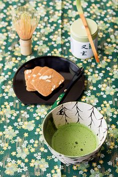 How to make matcha green tea using matcha powder. Matcha is a fairly bitter but flavourful tea that is delicious when served with sweets. Green Tea Uses, Green Tea Ice Cream, Japanese Drinks, Japanese Sweets, Japanese Food, Japanese Green Tea Matcha, How To Make Matcha, Green Tea Recipes, Matcha Green Tea Powder