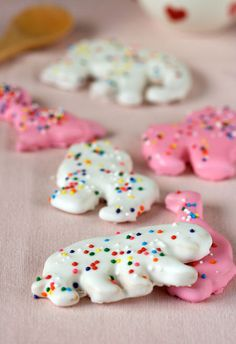 Goodbye, Mother's Cookies circus animal cookie recipe - or dip any sugar or shortbread cookie in melted almond bark Cookie Desserts, Just Desserts, Cookie Recipes, Delicious Desserts, Cookie Cups, Snack Recipes, Dessert Recipes, Galletas Cookies, Shortbread Cookies