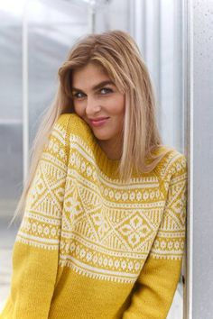 Serina gullgul strikkepakke Fair Isle Knitting Patterns, Knitting Paterns, Classic Outfits, Cool Outfits, Pullover, Knit Fashion, Knitwear, Knit Crochet, Men Sweater