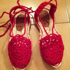 alpargatas en crochet rojo divinas!!! por $35.000 pesos para ventas fundaciontejiendohistorias@gmail.com // alpargatas shoes handmade crochet red beautiful for sell contact fundaciontejiendohistorias@gmail.com