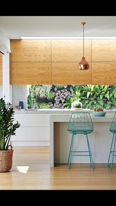 There are plenty of options for a kitchen splashback from stone, glass, mirror, tiles and more. Find out he pros and cons of each kitchen splashback here. Home Decor Kitchen, New Kitchen, Home Kitchens, Kitchen Ideas, Kitchen With Window, Kitchen Wood, Kitchen Stools, Kitchen White, Kitchen Island