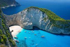 A Grécia reúne inúmeros lugares paradisíacos, além das praias mais bonitas do mundo. Navagio Beach é... - Shutterstock