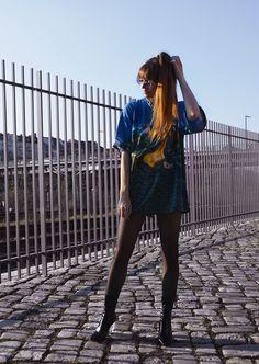 Oversize Printkleid Dali Melting Clocks Streetstyle Berlin, Oversized Kunstwerk T-Shirt mit Lackstiefeln und Plexiglasabsatz