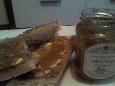 Tostadas de pan con mantequilla y mermelada de naranja sin azucar.