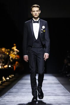 The effect of the Dior Homme show on the fashion set here in Paris began hours before its afternoon start time. On Instagram, Twitter and other social media outlets, images of coat lapels and tops ...