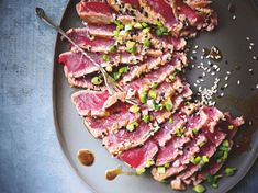 Semi-cooked tuna carpaccio, marinated in soy and sesame: discover the cooking recipes of Femme Actuelle Le MAG - Seafood Recipes No Salt Recipes, Raw Food Recipes, Fish Recipes, Seafood Recipes, Asian Recipes, Cooking Recipes, Healthy Recipes, Ceviche, Think Food