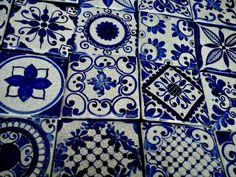 Mas de 600 años de tradición, y ha cambiado. De mas claros a mas obscuros, de mas transparentes a mas cubritivos con rigidéz o con movimiento en su decoración. Pero sigue siendo el azul, el que nos lleva de la mano en un viaje genético hacia pasados que... Blue Backsplash, Tiles, Blue And White, Pottery, Blog, Blanket, Mexico, Home, Painted Tiles