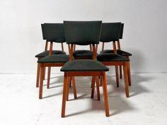 Chaises vintage années 50 : Série de six chaises années 50. Chêne et simili vert bouteille, pieds compas. Très bon état, deux infimes manques de skaï sur un dossier.