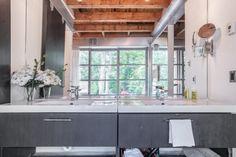 Accueillante propriété en pierres à Bromont en Estrie - Joli Joli Design Bromont, Loft, Foyer, Kitchen Island, Table, Furniture, Design, Home Decor, Ensuite Bathrooms