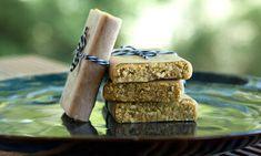 Recept na proteinové tyčinky z kurkumy Potřebné suroviny: 1 sklenice (2,5 dcl) datlí 1 pohár sušeného ananasu (bez přidaného cukru) 1,5 poháru nepřislazovaného nastrouhaného kokosu 2 sklenice nesolených kešu oříšků (mohou být syrové i pražené) 4 polévkové lžíce vanilkového nebo čistého proteinového prášku 2 až 3 čajové lžičky kurkumy (sušené v prášku) Příprava směsi Pokrájejte