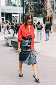 15 de 41 He aquí el perfecto look de oficina, cortesía de Natasha Goldenberg. El suyo está compuesto por una blusa con lazada de diminutos lunares y una falda de cuadros asimétrica. | #NatashaGoldenberg #StreetStyle