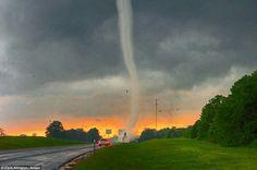 10 Tornado: Chris Allington utiliza radar y GPS para localizar las mejores rutas para permanecer fuera de la lluvia y el granizo mientras trata de mantenerse al día con las tormentas de rápido movimiento 10 Impresionante: En los fuertes vientos y las condiciones cálidas y húmedas, Chris Allington tiene como objetivo captar el punto exacto de una tormenta eléctrica rotativa donde las nubes cambian la velocidad y la dirección para crear formaciones espectaculares 10 Otro Mundo: imágenes de…