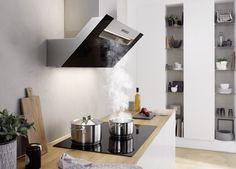 Hoofdvrije zwarte wandkap boven kookveld - Design afzuigkap met het effectieve berbel principe en zonder vetfilter - berbel ergoline #keuken #design #wandkap #afzuigkap Kitchens