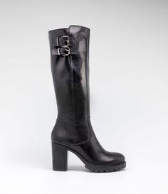 Langschaftstiefel mit Profilsohle und Blockabsatz #poilei #boots