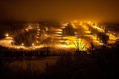Ukkohalla slopes by night. Ukkohallan laskettelurinteet iltavalaistuksessa.