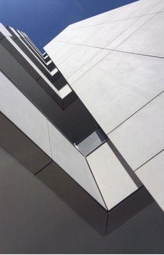 Sistema de Fachada ventilada compuesta por paneles de fibrocemento Equitone en el proyecto MAZ, Bogotá Colombia