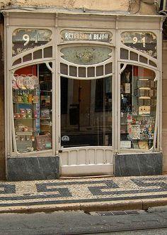 LISBONNE: Portugal, Lisboa. Shop in the Rua da Conceição. Sepember 2006.  Photography by Ernst Schade
