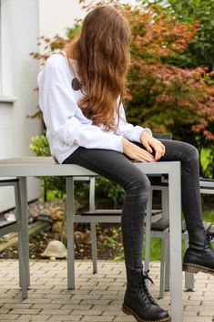 Outfit: Oversize Pullover, schwarze Hose und Doc Martens