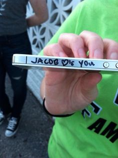"""I write this on like every fans phone that's handed to me.."" DO THIS TO MINE UGH"