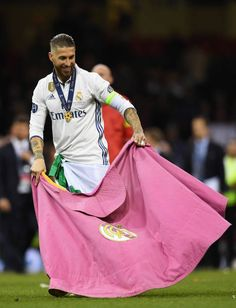 Sergio Ramos of Real Madrid celebrates with a Real Madrid flag after the UEFA Champions League Final between Juventus and Real Madrid at National Stadium of Wales on June 2017 in Cardiff, Wales. Real Madrid Cr7, Real Madrid Gareth Bale, Real Madrid Captain, Ramos Real Madrid, Real Madrid Champions League, Uefa Champions League, Real Madrid Bayern Munich, Cr7 Messi, Running