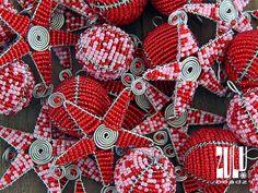 Balls & Stars - Elegant Zulu Beaded Christmas Decoration - 4 items - Red/Pink door ZuluBeadz op Etsy https://www.etsy.com/nl/listing/206233069/balls-stars-elegant-zulu-beaded