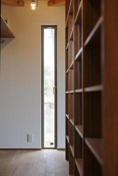 専門家:Takuya Hasegawaが手掛けた、収納棚・縦長のスリット窓(ひかりさすほうへ)の詳細ページ。新築戸建、リフォーム、リノベーションの事例多数、SUVACO(スバコ)