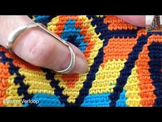 Mochila, how to prevent the yarns from tangling / hoe hou je de draden uit de knoop Tunisian Crochet, Filet Crochet, Crochet Yarn, Crochet Stitches, Cute Crochet, Mochila Crochet, Tapestry Crochet Patterns, Tapestry Bag, Crochet Instructions