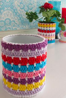 Zelf maken met HAAKKATOEN en BLIK - Freubelweb I do imagine there's a new syndrome that psychiatrist Diy Crafts Crochet, Crochet Home, Crochet Projects, Crochet Flower Patterns, Crochet Flowers, Popsicle Stick Crafts House, Crochet Jar Covers, Crochet Organizer, Crochet Cup Cozy