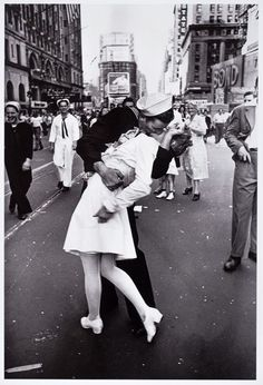 Alfred Eisenstaedt, The V-J Day Kiss, 1945