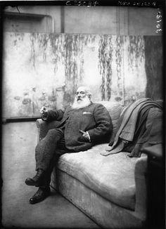 Claude Monet dans son atelier. Agence Rol (1904-1937). S)