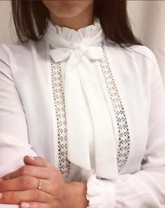 Blouse blouse Celine lavalliere Source by blouses style Modest Fashion, Hijab Fashion, Fashion Dresses, Saree Blouse Designs, Blouse Styles, Celine, Mode Inspiration, Classy Outfits, Shirt Blouses